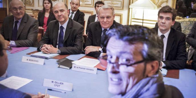 Réunion entre le gouvernement (Sapin, Moscovici, Ayrault et Montebourg) et les représentants syndicaux d'ArcelorMittal (Edouard Martin, de la CFDT au premier plan), à Paris, mercredi 5 décembre.