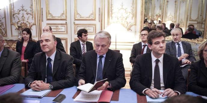 Pierre Moscovici, ministre des finances, Jean-Marc Ayrault, premier ministre et Arnaud Montebourg, ministre du redressement productif, partipent à la réunion entre le gouvernement et les principaux représentants syndicaux d'ArcelorMittal de Florange (Moselle) à Paris, le 5 décembre.