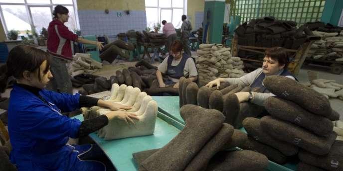 Des ouvriers fabriquent des chaussures dans une usine de Minsk (Biélorussie).