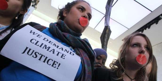 Des militants écologistes à Doha, vendredi 7 novembre.