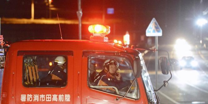 Des pompiers dans la préfecture d'Iwate appellent les gens à évacuer, le 7 décembre 2012.
