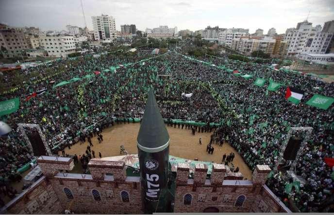 Une réplique de roquette M75 du Hamas, utilisée pendant les affrontements, trône devant une maquette de l'esplanade des Mosquées de Jérusalem-Est.