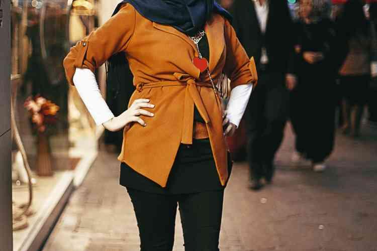 Bottes, pantalon moulant, couleurs vives : le voile n'exclut plus une  certaine modernité, comme l'affiche fièrement Gonca Ulusan, 23 ans.
