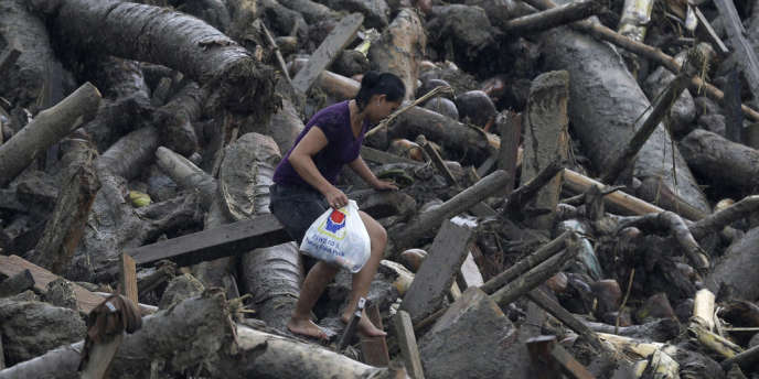 A New Bataan, dans le sud des Philippines, une habitante se fraie un chemin après le passage du typhon Bopha.
