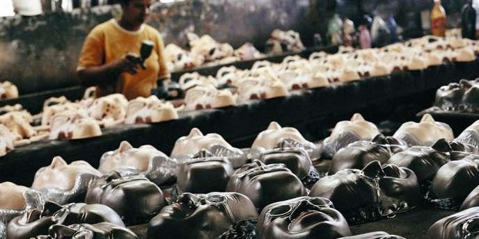 Preuve de la popularité du juge Barbosa,  des masques  à son effigie sont commercialisés en vue du carnaval. -