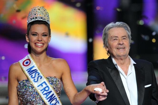 Marine Lorphelin, Miss France 2013, et Alain Delon, président à vie du jury, le 8 décembre 2012.
