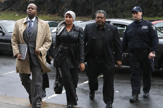 Nafissatou Diallo, à son arrivée au tribunal du Bronx où est examinée la plainte au civil contre l'ancien directeur du FMI Dominique Strauss-Kahn, lundi 10 décembre.