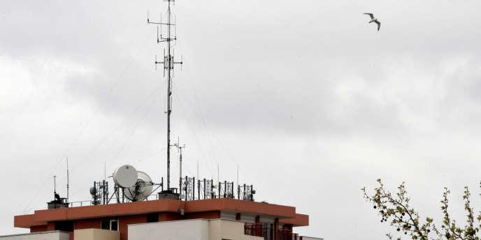 La charte de téléphonie mobile de Paris, qui révise à la baisse le seuil maximal d'exposition aux ondes électromagnétiques dans la capitale, va permettre le déploiement des infrastructures de téléphonie mobile de quatrième génération (4G).