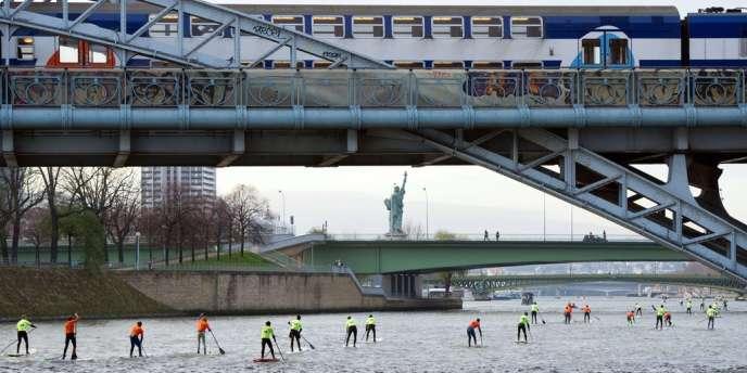 Près de 200 personnes ont pris part à la course de paddle sur la scène à Paris.