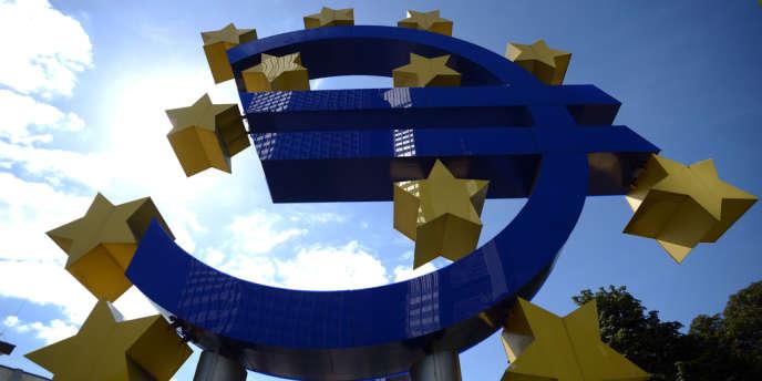 Mis en place en 1997, le pacte de stabilité et de croissance a été renforcé à la demande de la chancelière Angela Merkel, dans la foulée du sauvetage de la Grèce.