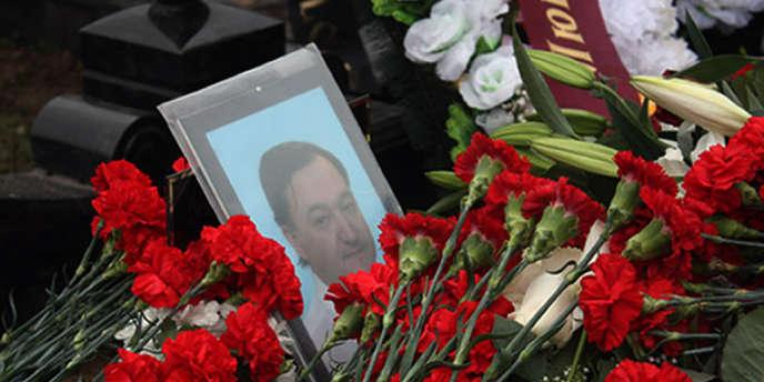 Sur la tombe de Sergueï Magnitski, le 20 novembre 2009 à Moscou.