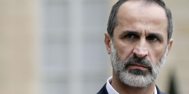 Ahmed Moaz Al-Khatib à la sortie de son entretien avec François Hollande, le 17 novembre à Paris.