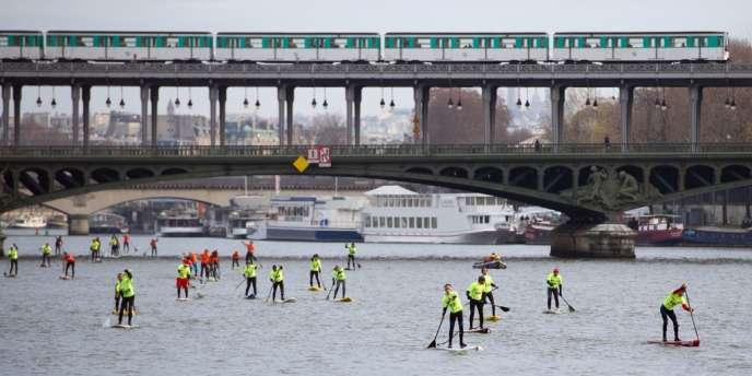 Près de 200 personnes étaient réunies pour la course de stand up paddle, dimanche, à Paris.