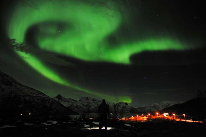 Une aurore boréale plane au-dessus de la ville de Tromsoe, au nord de la Norvège.