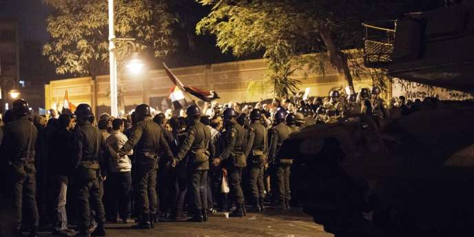 Des manifestations des opposants et des soutiens au président Mohammed Morsi ont de nouveau été organisées mardi 11 décembre.