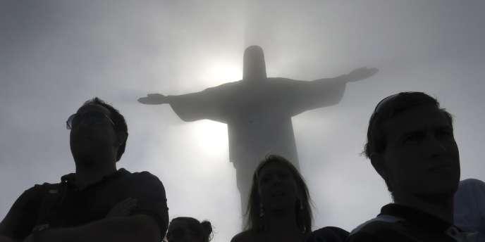 Montagne Corcovado devant la statue du Christ Rédempteur, à Rio de Janeiro.