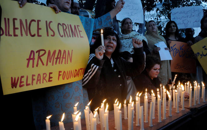 Des ONG pakistanaises rendent hommage à Malala Yousafzai, à l'occasion de la journée internationale des droits de l'homme, le 10 décembre 2012 à Lahore.