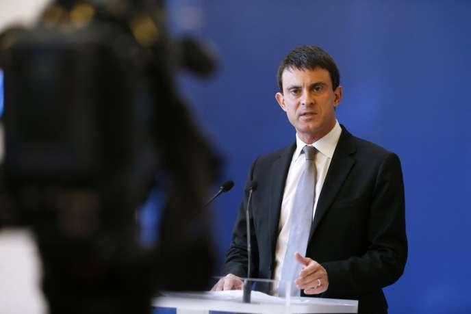 Le ministre de l'intérieur, Manuel Valls, a dévoilé le nombre de véhicules incendiés dès le 1er janvier, à 18 heures.