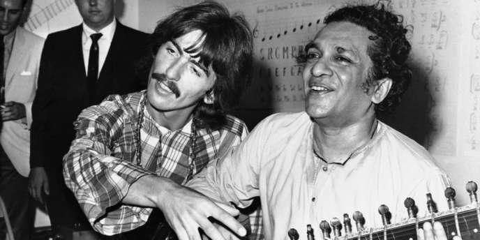 George Harrison et Ravi Shankar, à Los Angeles, en 1967.