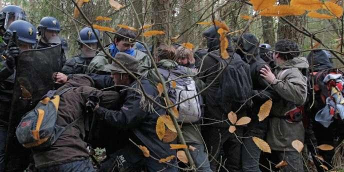 Confrontation entre CRS et opposants au projet d'aéroport, fin novembre.