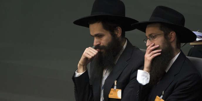 Deux juifs orthodoxes écoutant un débat au Parlement concernant la circoncision en décembre 2012.