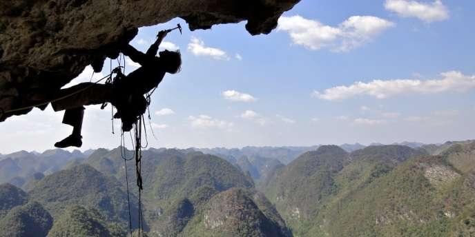 Arnaud Petit sur la falaise du Getu, en Chine, en 2011.