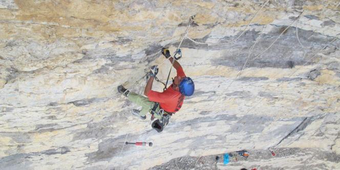 Nicolas Jeannin, guide de haute montagne, est l'un des deux seuls grimpeurs autorisés à équiper les falaises d'Orpierre depuis les années 1980. Il forme depuis peu deux jeunes moniteurs, qui pourraient le remplacer.