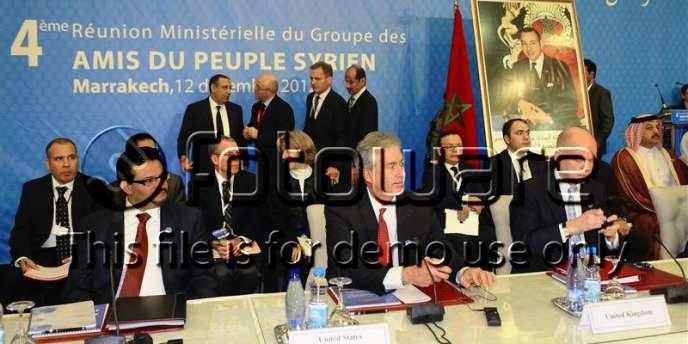 Le ministre tunisien des affaires étrangères, Rafik Abdessalem, le vice-secrétaire d'Etat américain, William Burns et le chef du Foreign Office britannique William Hague à la conférence des Amis de la Syrie, le 12 décembre 2012 à Marrakech, au Maroc.