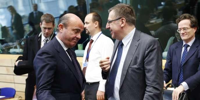 Le ministre espagnol de l'économie, Luis de Guindos, et le ministre belge des finances, Steven Vanackere, à Bruxelles, mercredi 12 décembre.
