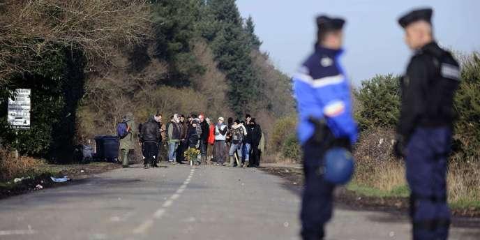 Gendarmes et opposants au projet d'aéroport de Notre-Dame-des-Landes, mercredi 12 décembre 2012.