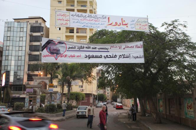 A Damanhour, des banderoles commémorant la mort d'Islam Massoud, jeune homme de 15 ans mort le 25 novembre alors qu'il défendait le siège des Frères musulmans.