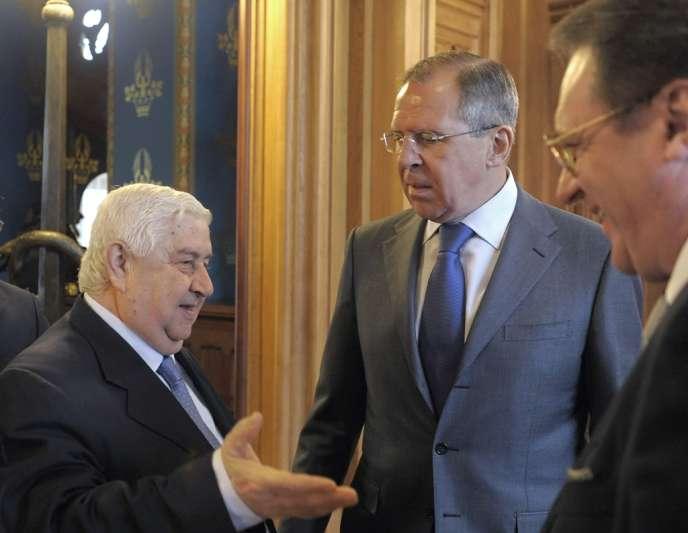 De gauche à droite : Walid Muallem, le ministre russe des affaires étrangères Sergey Lavrov et son adjoint Mikhail Bogdanov, le 12 avril 2012 à Moscou.
