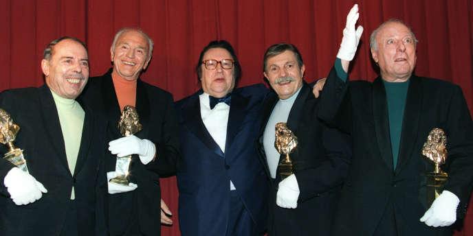 Photo prise le 6 mai 1996 au Théâtre Marigny à Paris, de Georges Bellec (G), François Soubeyran (2eG), Paul Tourenne (2eD) et André Bellec (D), les Frères Jacques, célèbre quatuor vocal, autour de l'humoriste Raymond Devos (C), lors de la 10e nuit des Molières.