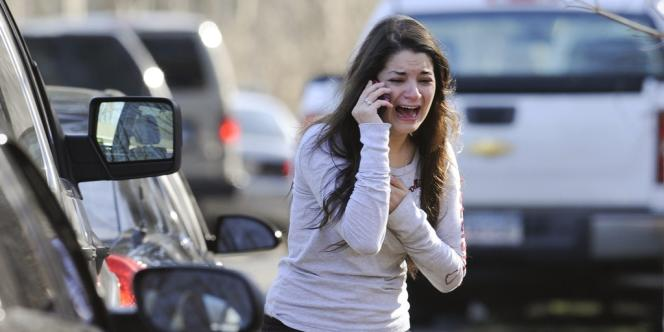 Une femme cherche à obtenir des nouvelles de sa sœur, institutrice à l'école Sandy Hook, le 14 décembre.