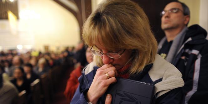 Dans l'église catholique de Sainte-Rose-de-Lima, à Newtown (Connecticut), vendredi 14 décembre.
