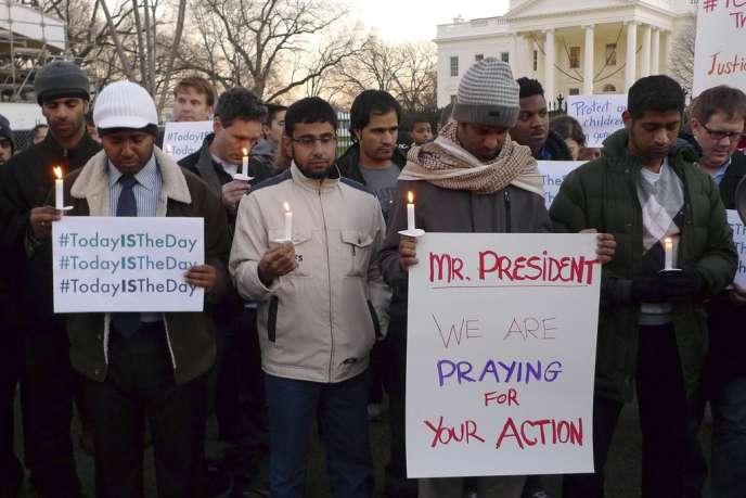 Quelques dizaines de partisans d'une réforme des lois sur le port d'armes se sont réunis devant la Maison blanche, le 14 décembre, pour réclamer une action rapide après la tragédie de Newtown.