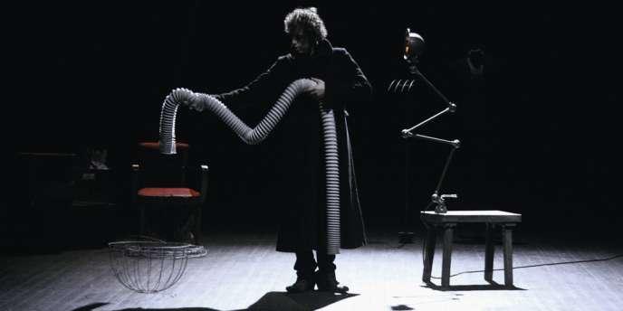 Etienne Saglio s'est construit un personnage d'Hamlet circassien, un peu beckettien.