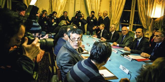 Le 5 décembre, au lendemain de la révélation du contenu de l'accord passé entre le gouvernement et ArcelorMittal, Edouard Martin entreprend une journée marathon à Paris. Point d'orgue : une rencontre glaciale avec  le premier ministre Jean-Marc Ayrault.