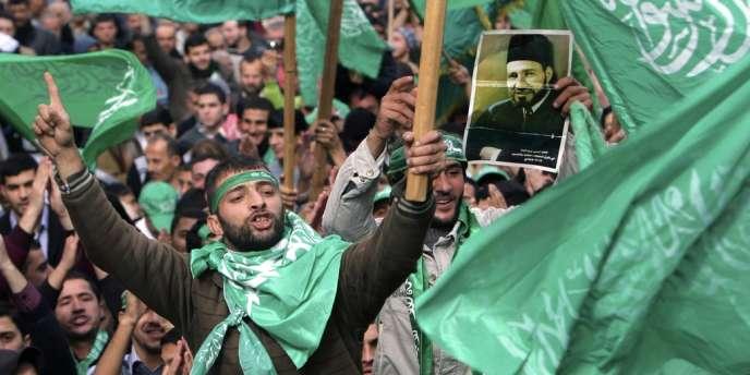Des militants du Hamas célèbrent le 25e anniversaire de l'organisation, à Tulkarem, en Cisjordanie, le 14 décembre 2012, brandissant un portrait d'Hassan El-Banna, le fondateur des Frères musulmans.
