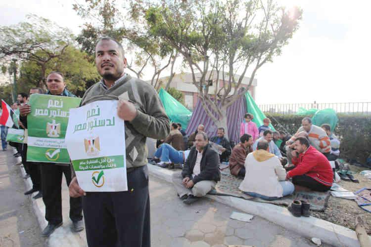 Petite manisfestation en faveur du 'oui' a la Constitution devant la cour constitutionnelle.