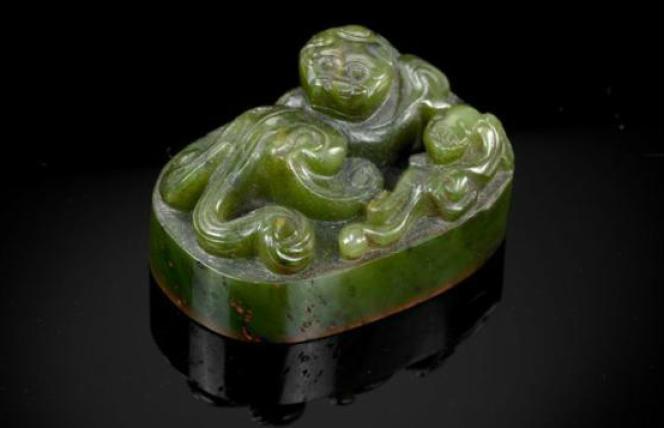 Cachet impérial en jade vert épinard sculpté, de la dynastie Qing, époque Qianlong (1736-1795), mis en vente par Artcurial, le 17 décembre 2012.