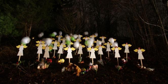 Vingt-sept anges symboles des 27 victimes du drame de Sandy Hook à Newtown, Connecticut le 16 décembre 2012. REUTERS/Joshua Lott (UNITED STATES - Tags: CRIME LAW EDUCATION)