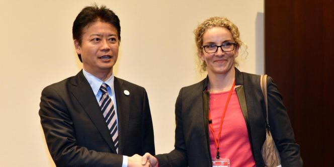 La ministre de l'écologie Delphine Batho, en compagnie du ministre japonais des affaires étrangères  Koichiro Gemba, samedi 15 décembre à Koriyama.