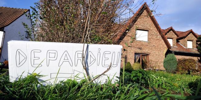 Des habitants du village de Néchin ont affiché une pancarte devant la maison.