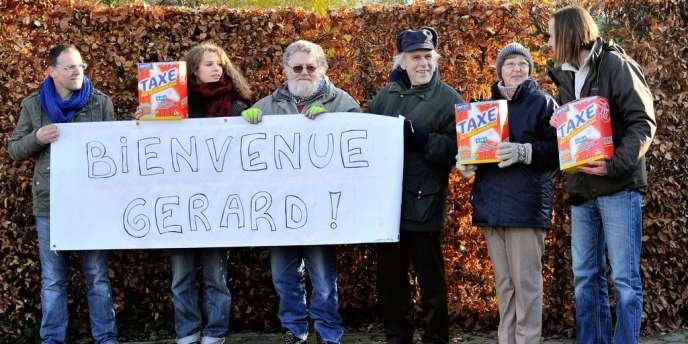 Des militants du Parti des travailleurs belges souhaitent la bienvenue à Gérard Depardieu dans le village de Nechin, le 12 décembre.