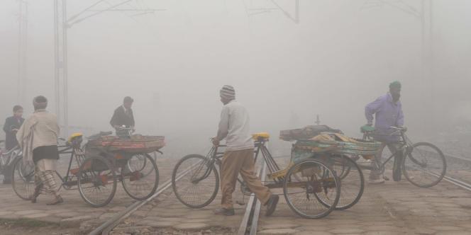 Des travailleurs circulent à Amritsar, dans le Pendjab indien, en mars 2011.