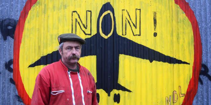 Sylvain Fresneau devant le hangar de son exploitation La Vacherie, sur la ZAD de Notre-Dame-des-Landes.