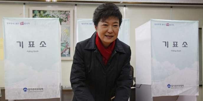 La candidate conservatrice Park Geun-hye dans un bureau de vote à Séoul, le 19 décembre.