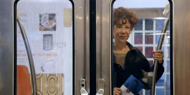 La veuve du fondateur des Restos du coeur, Coluche, Véronique Colucci, lors de la présentation de la vente aux enchères organisée par la SNCF à Paris, le 14 décembre 2012.