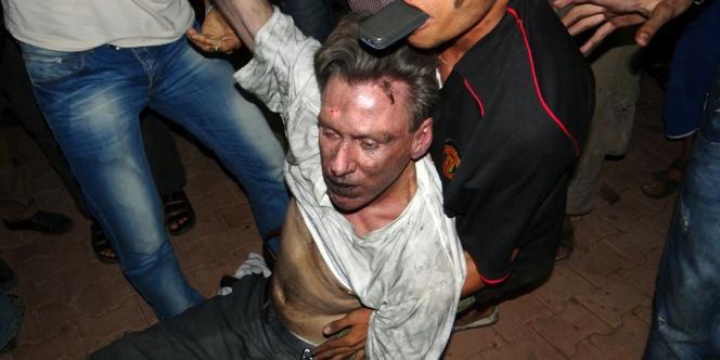 La diffusion sur Internet de L'Innocence des musulmans, un film islamophobe de 13 minutes, déclenche une violente vague de protestations anti-américaines dans le monde musulman. L'attaque du consulat américain de Benghazi, en Libye, le 12 septembre, qui a coûté la vie à quatre Américains – dont l'ambassadeur (photo) – a coïncidé avec une de ces manifestations. L'attentat aurait en fait été perpétré par des miliciens islamistes proches d'Al-Qaida.